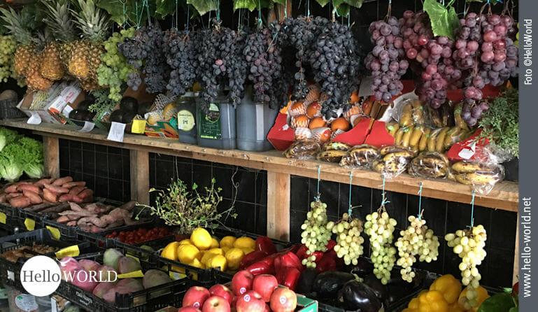 Dieses Bild zeigt verschieden Früchte an einem Obststand auf dem Camino Portugues