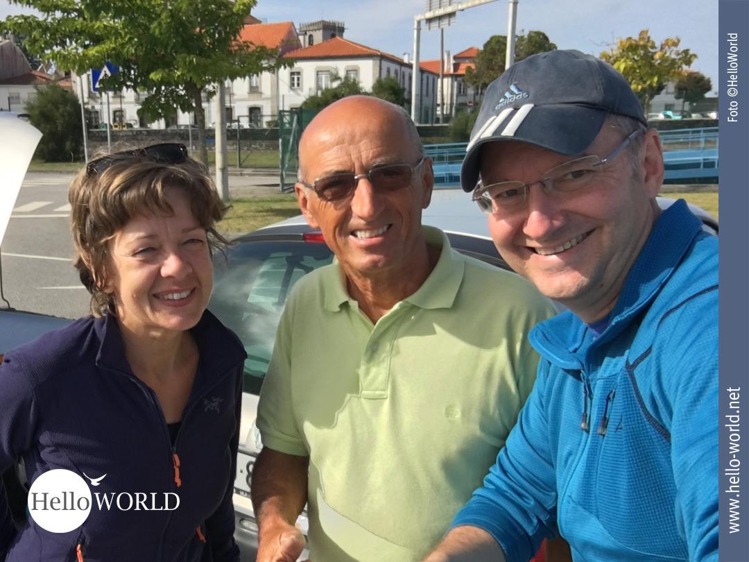 Das Bild zeigt uns zusammen mit einem Portugiesen, der uns bei der Camino Portugues Etappe von Ancora nach Mougas an die Fähre gefahren hat.