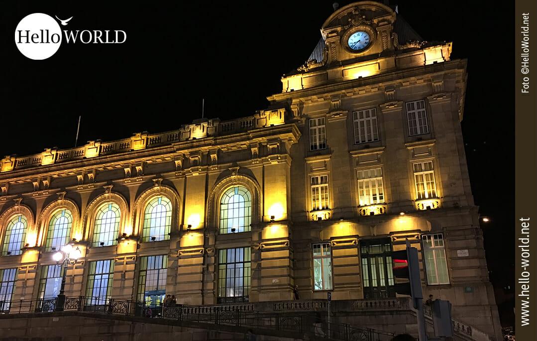 Vor Start unserer Camino Portugues Etappen haben wir dieses Bild in Porto aufgenommen und es zeigt den historischen Bahnhof bei Nacht.