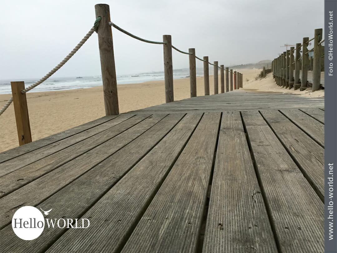 Dieses Bild von der Camino Portugues Etappe von Porto nach Angeiras zeigt die Holzplanken, die am Atlantik entlang führen.