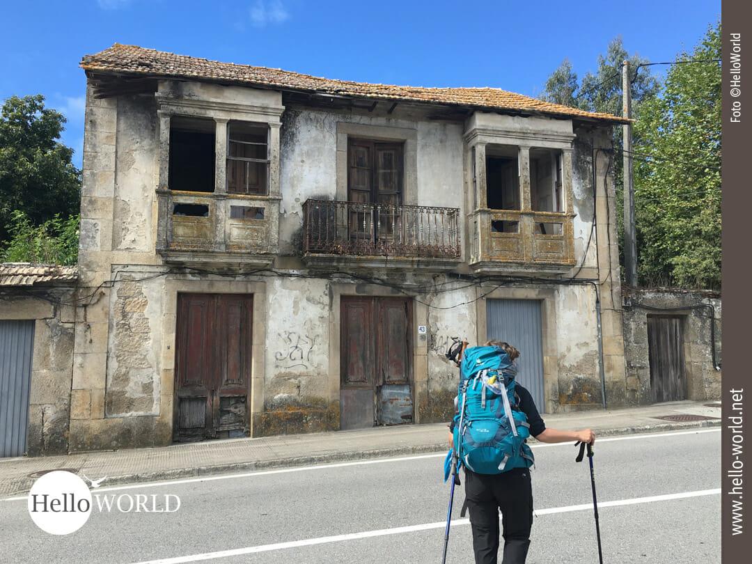 Vorbei an verlassenen Häusern