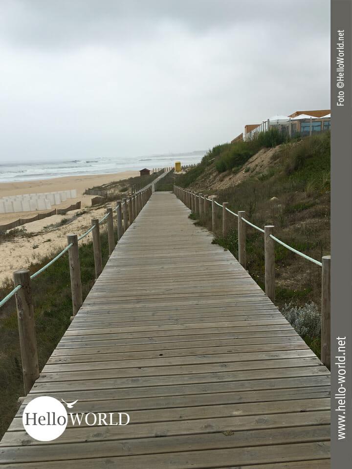 Laufen auf Holzbohlen an der Küste entlang