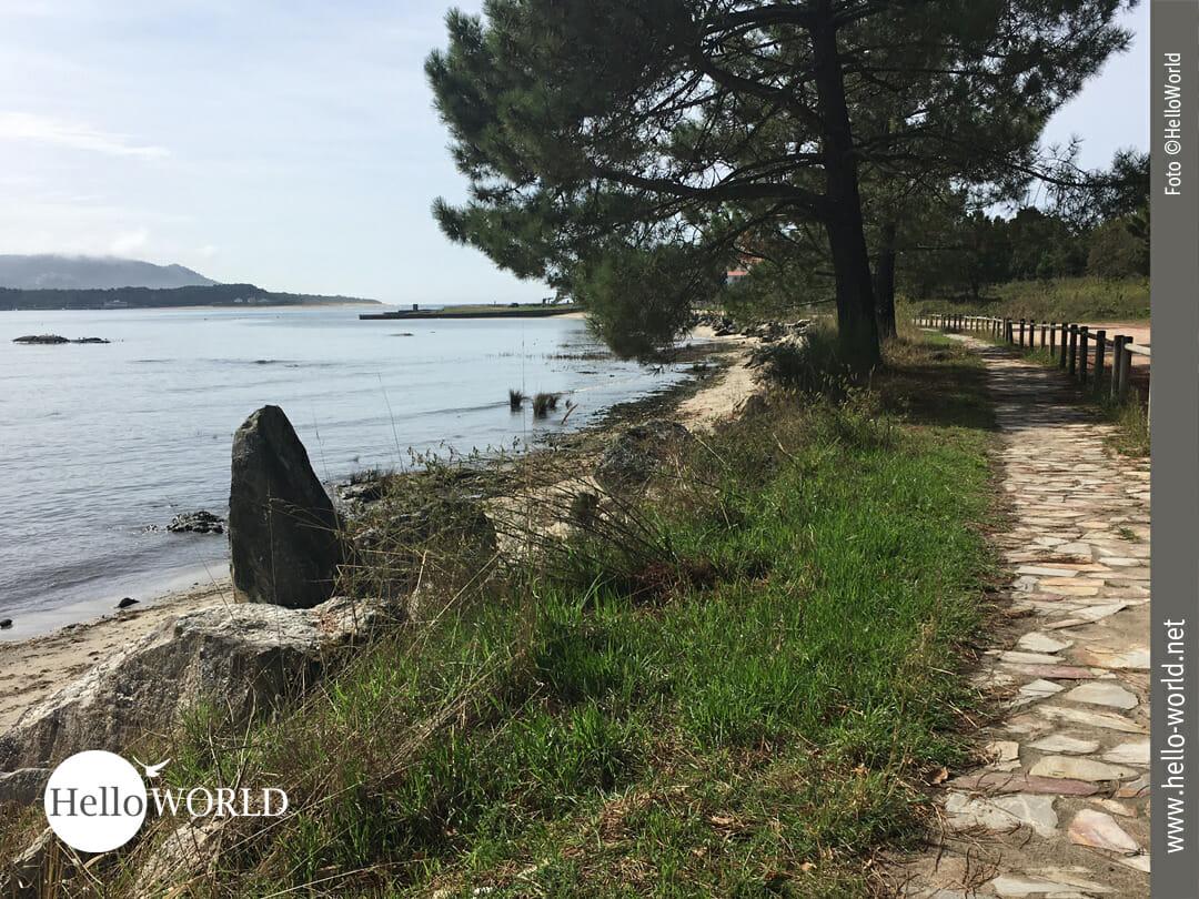 Bei der Camino Portugues Etappe von Ancora nach Mougas führt der Weg wie hier zu sehen am Wasser entlang.