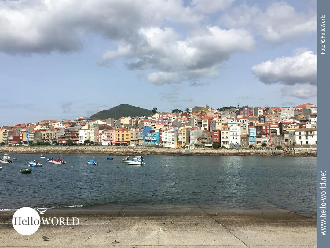 Das Bild von der fünften Camino Portugues Etappe zeigt den Blick auf den bunten Fischerort A Guarda.