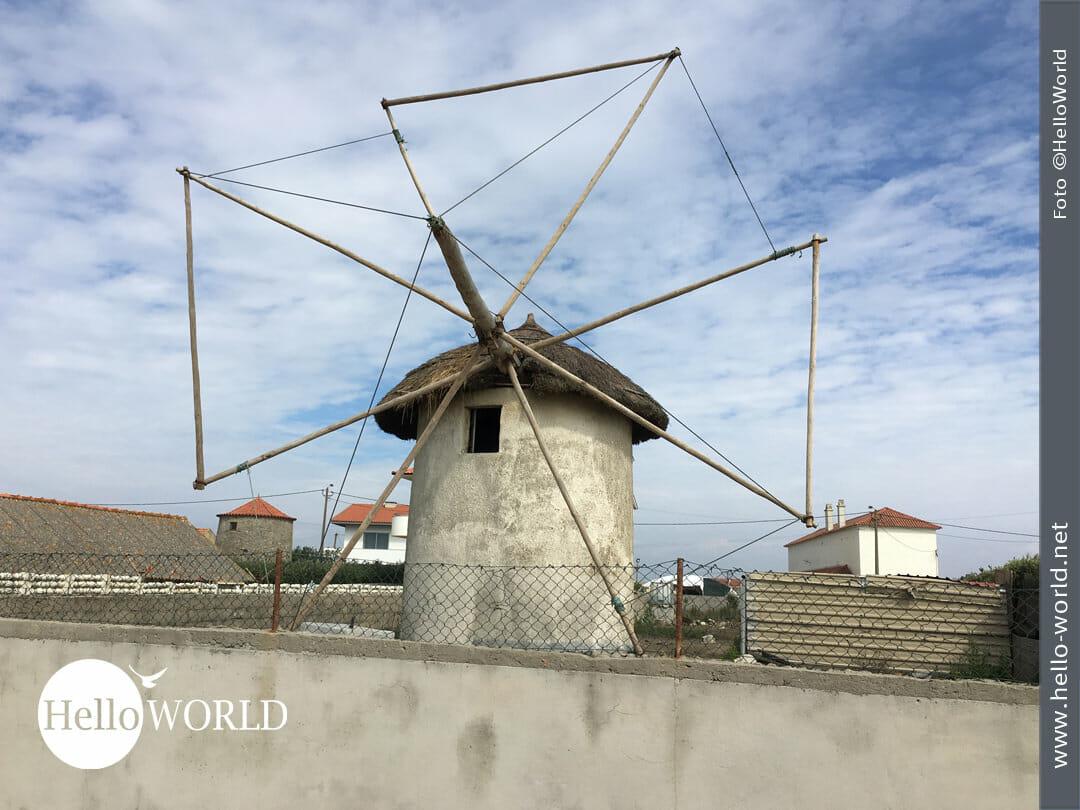 Das Bild von der zweiten Camino Portugues Etappe zeigt eine Windmühle vor wolkigem Himmel.