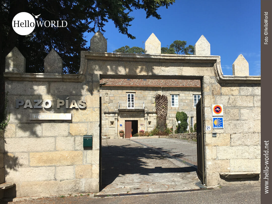 Das Bild zeigt den Eingang der Hospederia Pazo Pias, dem Ziel der Camino Portugues Etappe von Mougas nach Nigran, A Ramallosa.