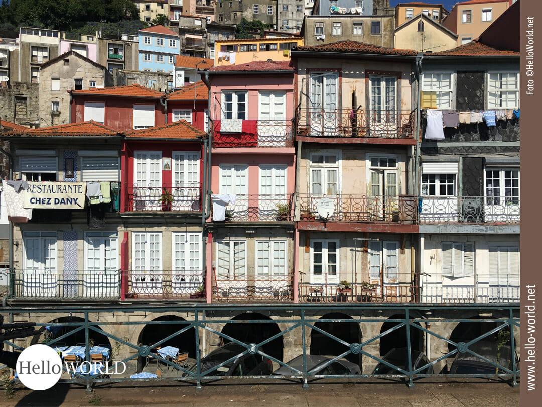 Dieses Bild zeigt bunte Häuser in Porto, Ausgangspunkt für unsere Camino Portugues Etappen.