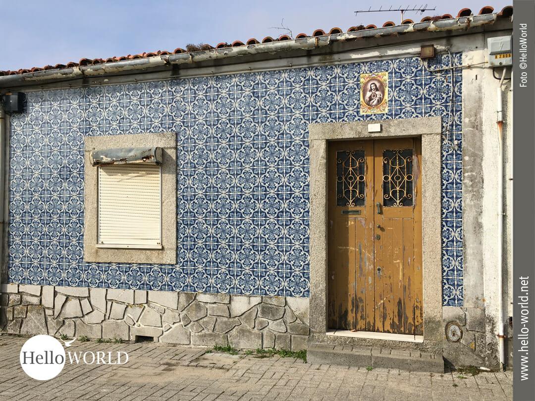 Blaue Fliesen und Heiligenbild zieren das alte Haus