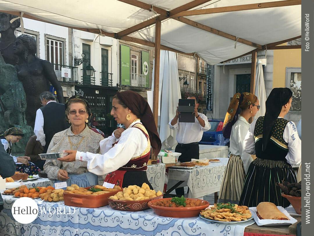 """Das Bild zeigt Marktfrauen am """"Praça da República"""" in Viana do Castelo, wo wir für unsere Camino Portugues Etappe nach Ancora einkaufen."""