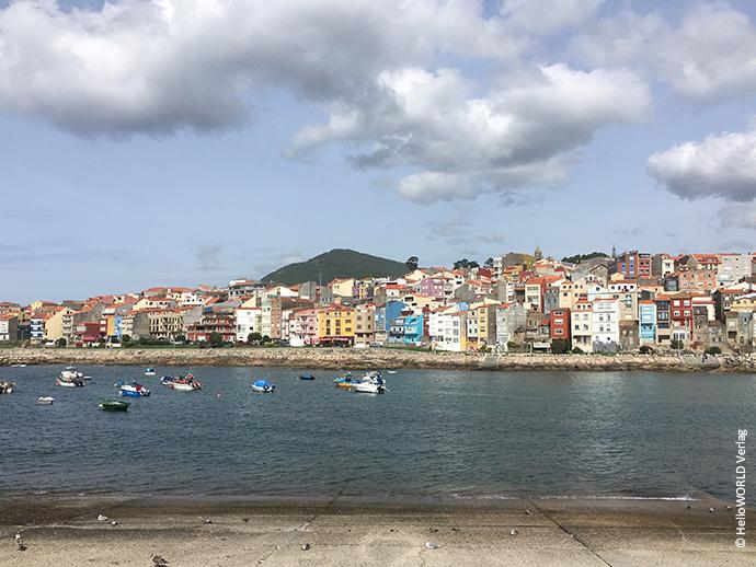 Auf diesem Bild sieht man die bunte Häuserkulisse von A Guarda, einem Fischerort in Galicien, Spanien.