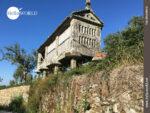 Alte Kornspeicher säumen den Camino Portugues