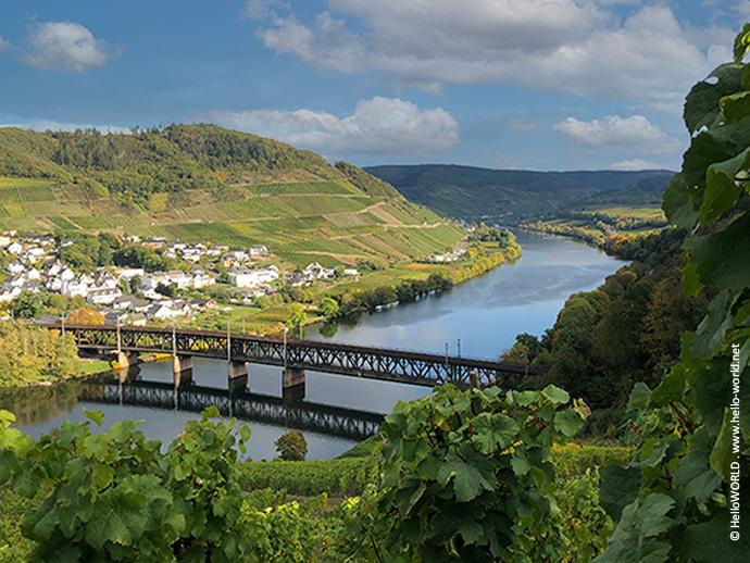 Auf diesem Bild sieht man die Doppelstockbrücke bei Bullay, die man während der Mosel-Camino Etappe 4 überquert.