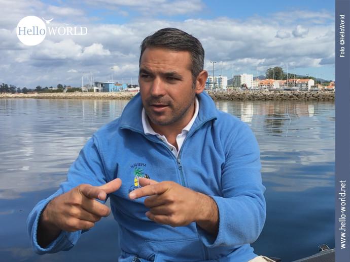Bei der Bootsfahrt der elften Caminho Portugues-Etappe, die nach Pontecesures führt, erläutert der Bootsmann ausführlich Wissenswertes rund um den historischen Seeweg.
