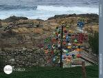 Bunte Skulpturen am Rande des Camino Portugues