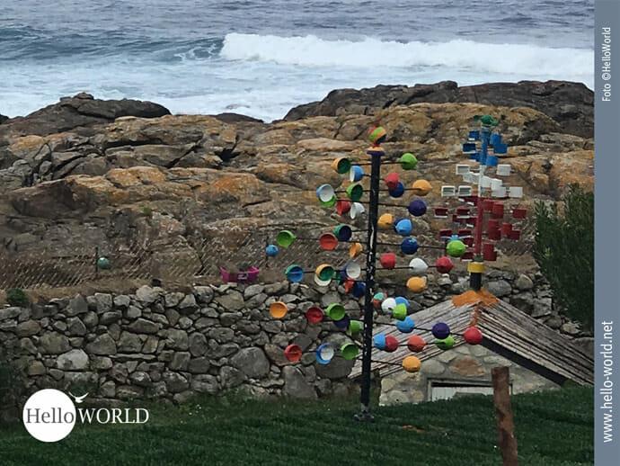 Bunte Skulpturen am Rande des Caminho Portugues
