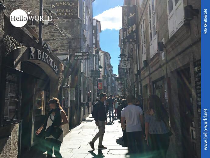 Hier sieht man eine Gasse der Altstadt in Santiago de Compostela, dem Zielort des Caminho Portugues.