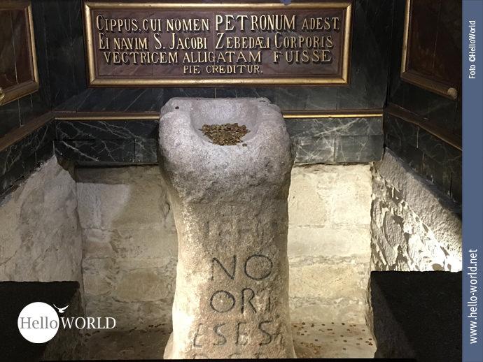 Dieses Bild eines Opfersteins, der unter dem Altar der Kirche Santiago Apostolo steht, entstand auf dem Caminho Portugues in Pontecesures. In der Schale liegt Münzgeld.