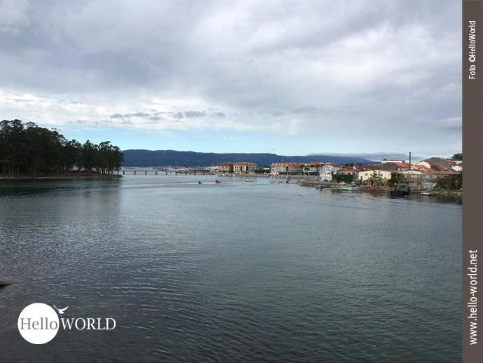 Wenige Meter vor dem Ziel führt der Caminho Portugues über eine Brücke. In der Ferne sieht man den Puerto Deportivo und rechts die ersten Häuser von Vilanova de Arousa.