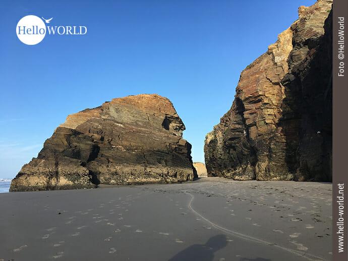 Riesige Felsen prägen den Praia das Catedrais