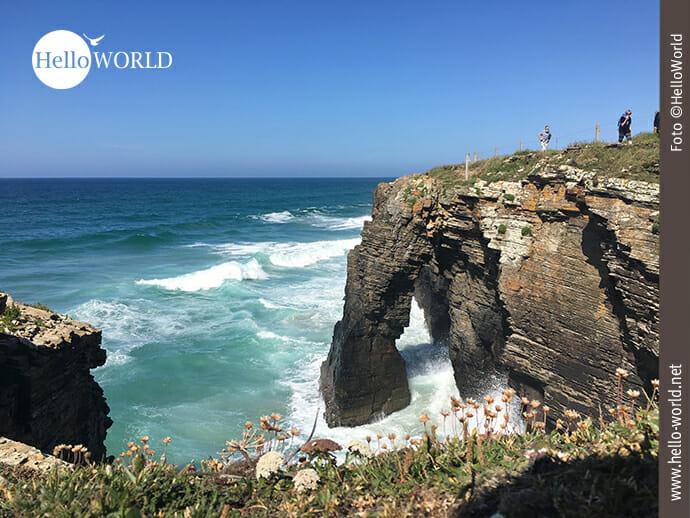 Der Praia das Catedrais versinkt bei Flut im Atlantik