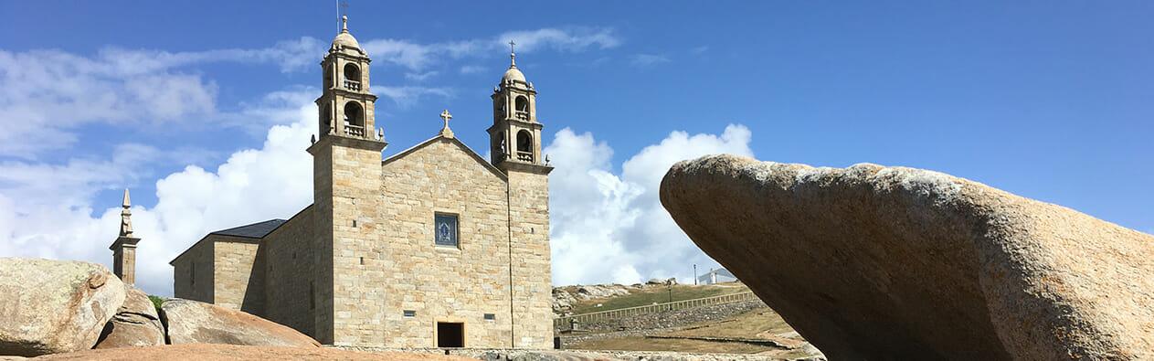 Das Bild zeigt die Kirche von Muxia auf dem Jakobsweg Camino del Norte.
