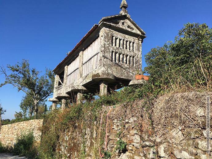 Das Bild zeigt einen für Galicien typischen Kornspeicher.