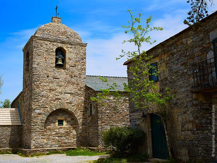 Das ist die Kirche Santa Maria, die man auf dem Camino Frances in O Cebreiro bewundern kann.