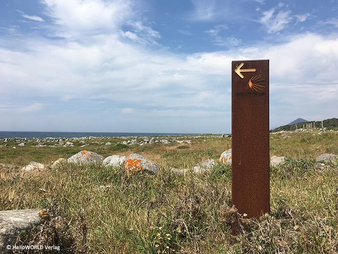 Hier sieht man ein Wegzeichen des Camino Portugues da Costa.