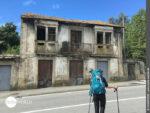 Altes Haus am Straßenrand