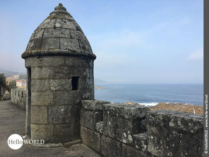 Zinnen und Turm der alten Festung in Baiona