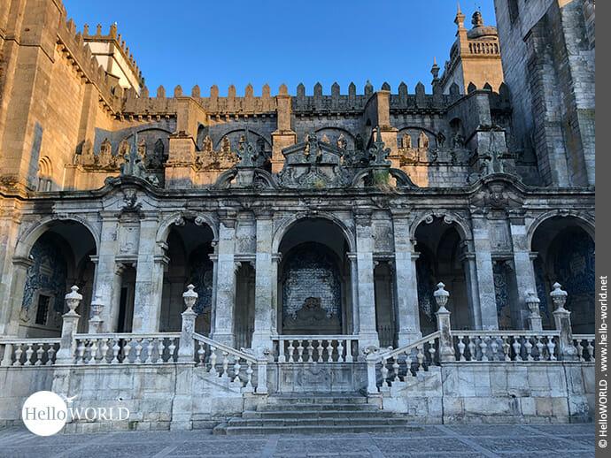Seitenansicht: Kreuzgang der Kathedrale in Porto