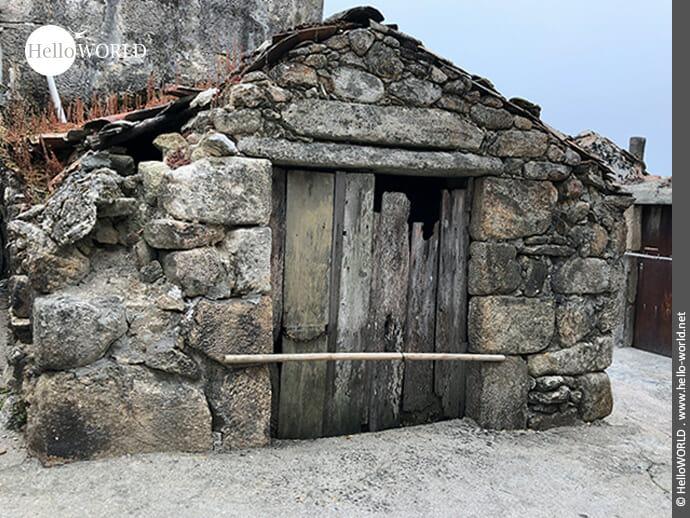 Stein auf Stein: Überreste eines kleinen alten Häuschens