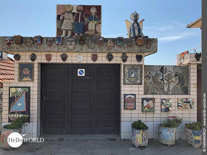 Bunt bebildert: Hausfassade in Vila Cha