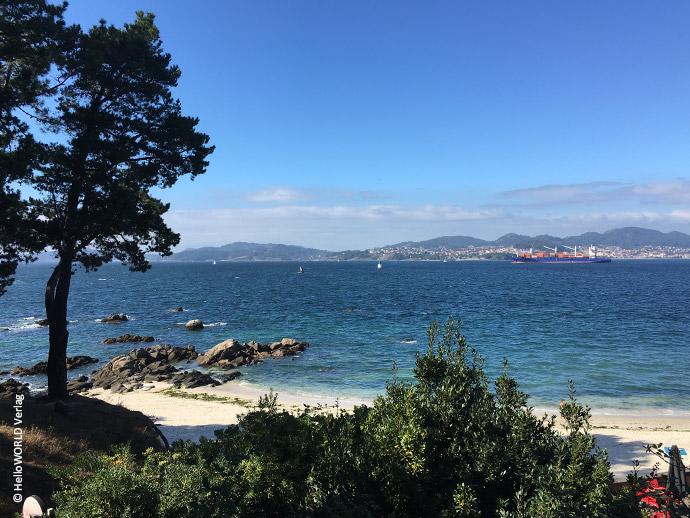Hier sieht man ein Foto mit Blick auf den Atlantik vor Vigo, Spanien, den man auf dem Camino Portugues Küstenweg (Senda Litoral) hat.