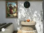 Buntes Jakobusbild an einer Hausmauer