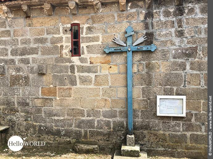 Lieblich: Kreuz auf dem Camino Portugues Rundwanderweg bei Moana