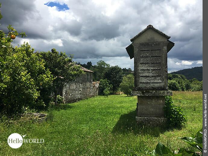 Typischer Anblick auf dem Camino Portugues Central: Horreros
