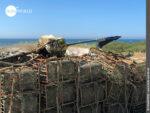 Alltäglicher Anblick auf dem Weg: Fischerutensilien an der Küste