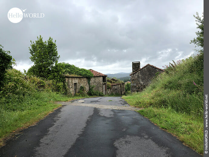 Dörfliche Umgebung auf dem Camino Finisterre
