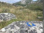 Blau-gelber Wegweiser am Monte Louro