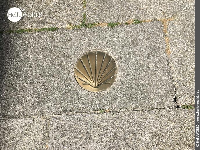 Typisch: Jakobswegzeichen auf dem Camino Portugues Rundwanderweg