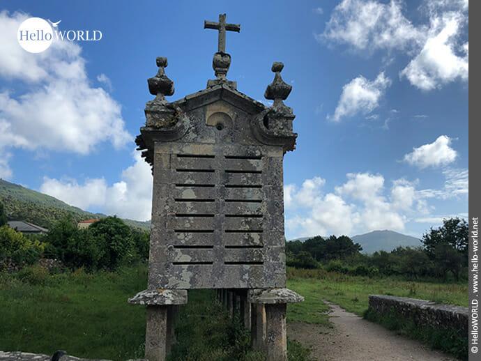 Steinerner Horreo mit Kreuz auf dem Camino Portugues Rundwanderweg