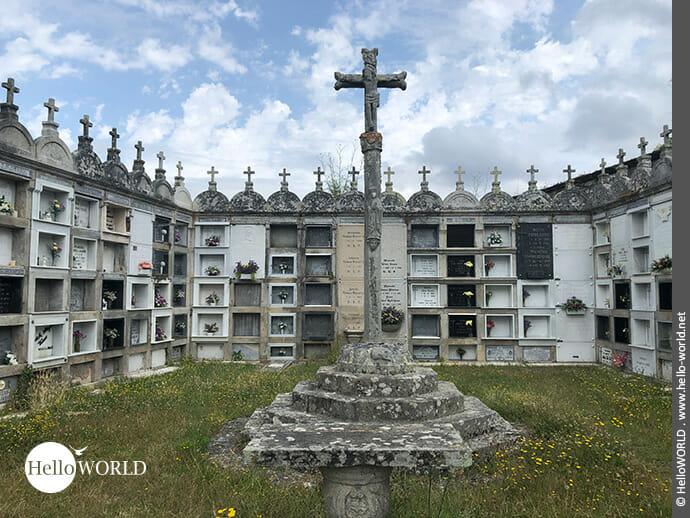 Mit Kreuzen geschmückte Urnenstätte auf dem Camino Portugues Rundwanderweg
