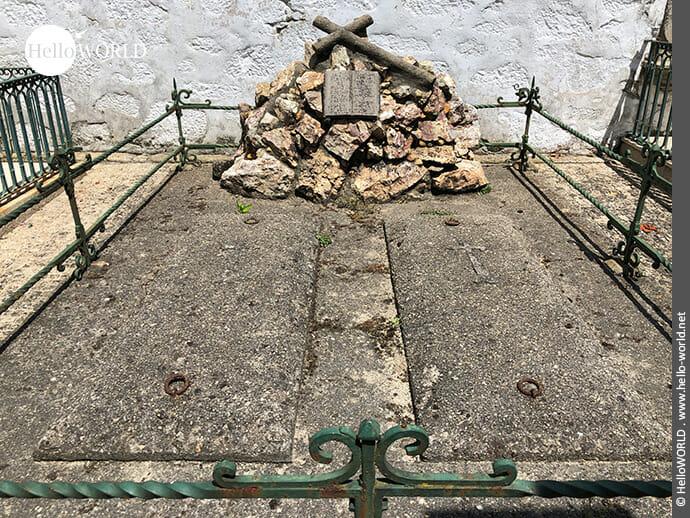 Grabstätte mit Kreuz auf dem Camino Portugues Rundwanderweg