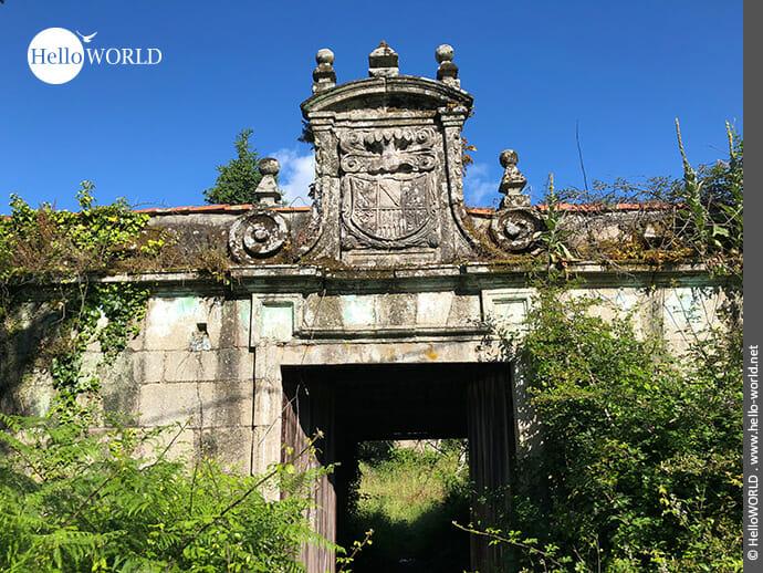 Verziertes Mauertor: der Eingang des Pazo de Alba