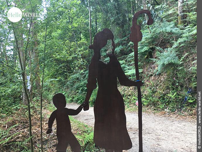 Skulptur aus Stahl auf dem Weg nach Cacheiro: Pilgerin mit Kind