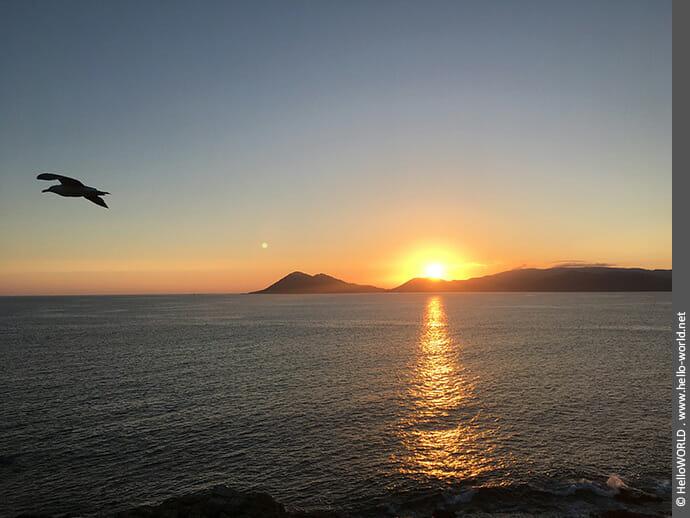 Sonnenuntergang an der Küste entlang des Camino Portugues Rundwanderwegs