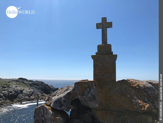 Steinernes Kreuz an der Küste bei Tarela