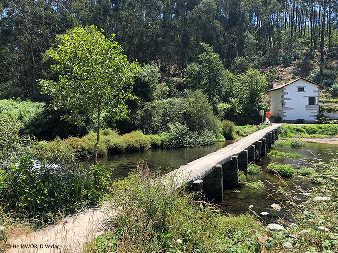 Hier sieht man eine kleine Brücke bei Castelo do Neiva