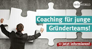 Das Bild zeigt ein Puzzle an der Wand mit einem Mann und dem Schriftzug Coaching für junge Gründerteams